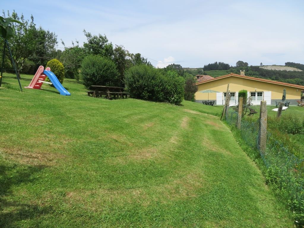 Apartamentos rurales el otero for Parque infantil jardin